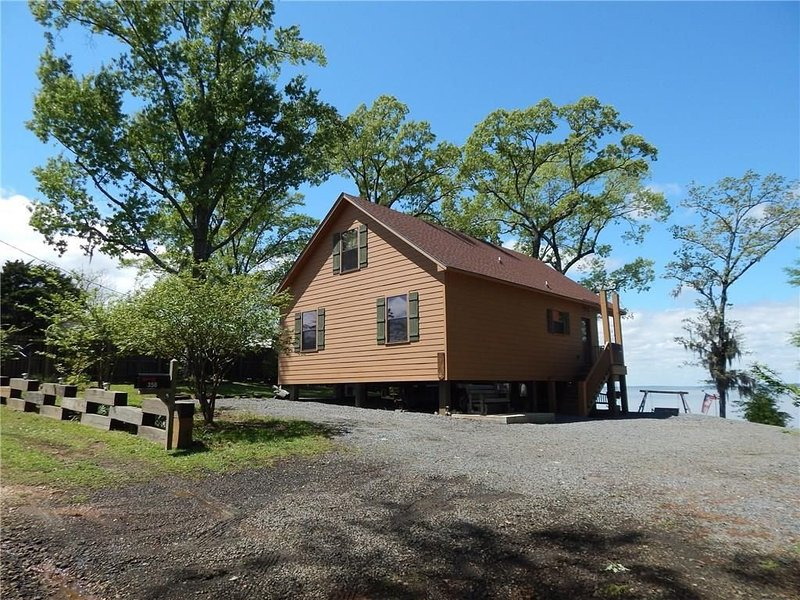 Hooked On Toledo - Lakefront Cabin on Toledo Bend with Boathouse, holiday rental in Milam