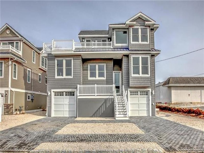 SPECTACULAR NEW CONSTRUCTION 5 BDRM WITH ELEVATOR IN NORTH BEACH HAVEN, vacation rental in Beach Haven