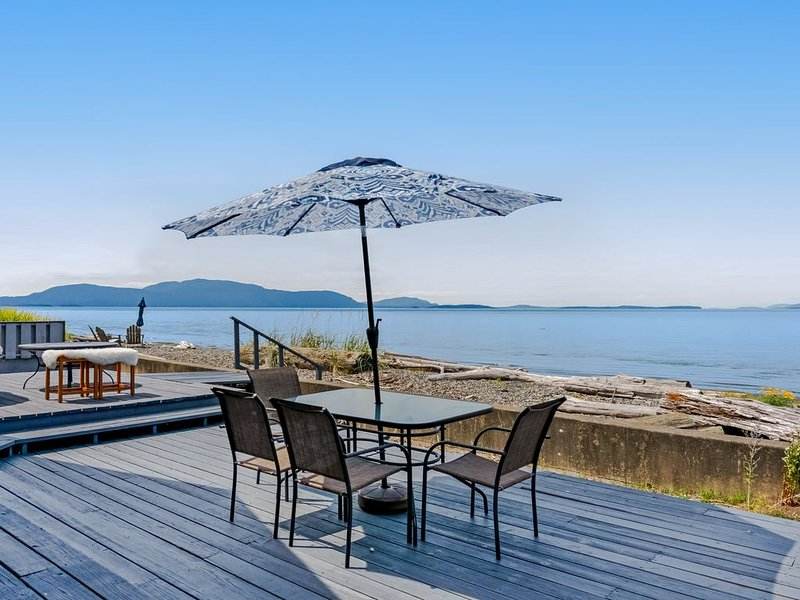 New listing! Water front & view home w/ WiFi, deck & shared tennis courts!, location de vacances à Lummi Island