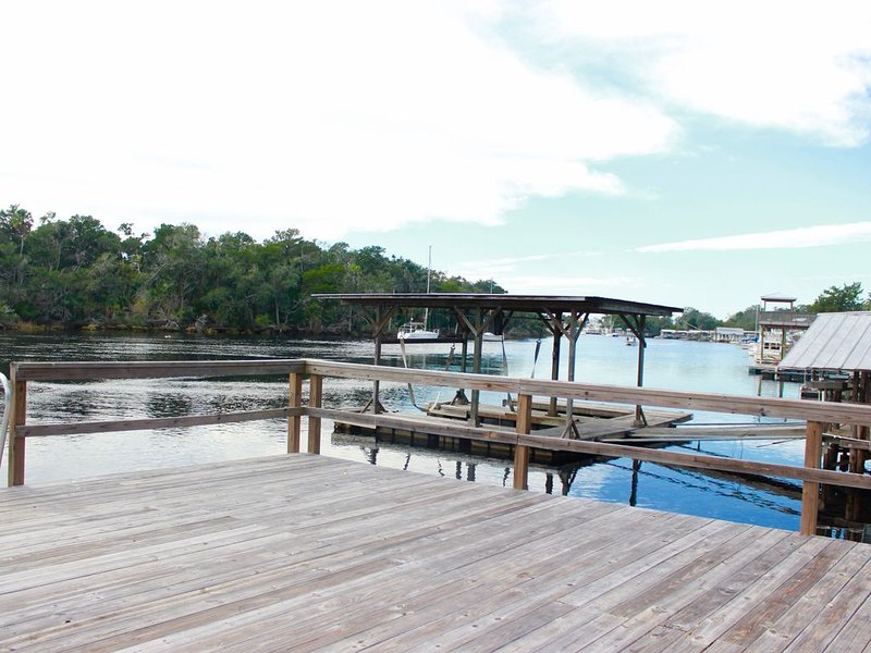 River House: 3 Bedroom 1 Bath with view of the Steinhatchee River, holiday rental in Steinhatchee