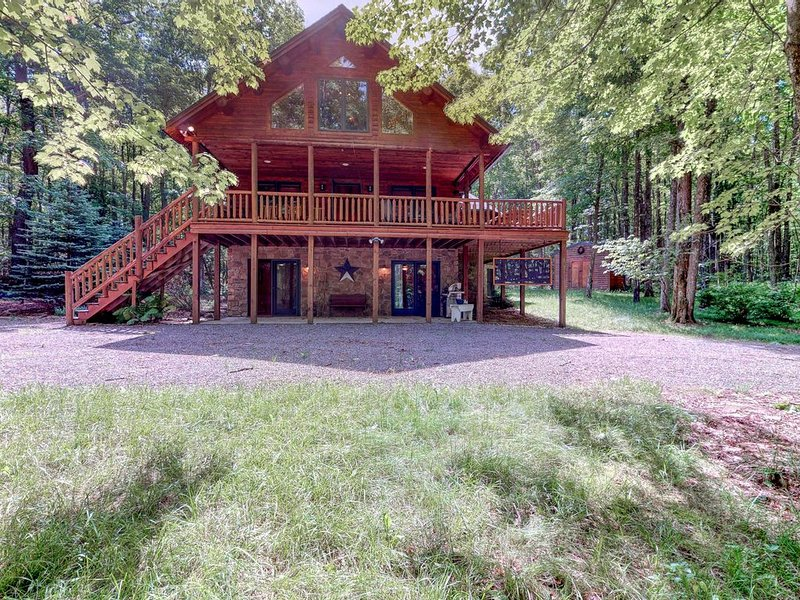 Serene wooded cabin w/ wraparound deck & fireplace - close to lake activities!, holiday rental in Swanton