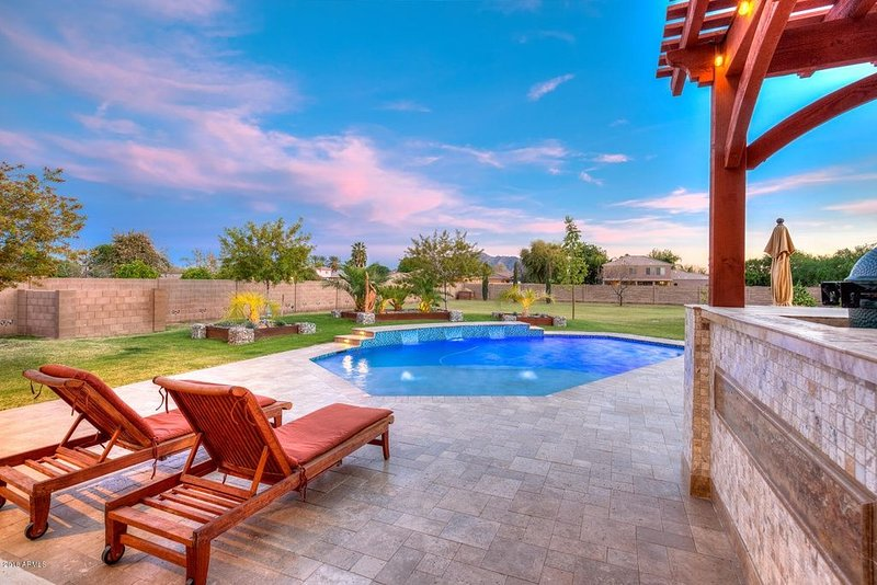 1 Bed / 1 Bath Upscale Casita, Sleeps 2/4, Garage, Heated Pool, BBQ, Privacy, holiday rental in Gilbert