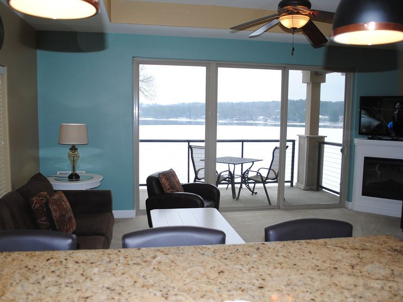 LAKEFRONT. Private Balcony!!, location de vacances à Lake Delton