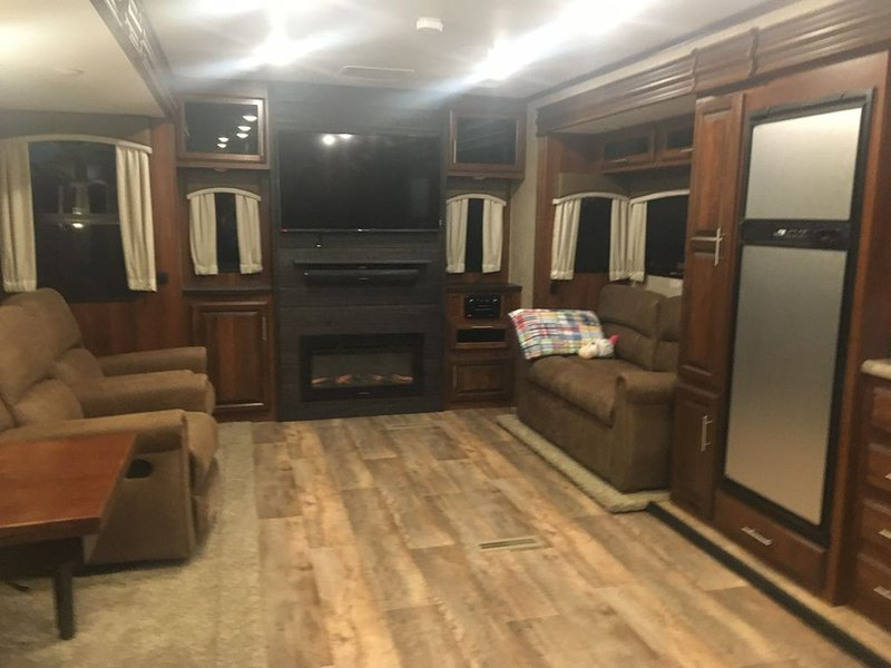 Take the family camping in this like new Jayco Travel Trailer, location de vacances à Lawrence