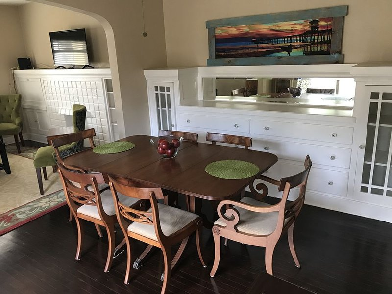 Gorgeous & Spacious Belmont Heights Flat`, holiday rental in Lakewood