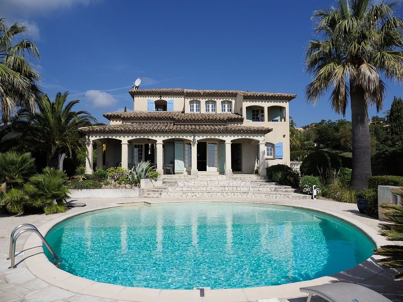 Amazing Villa with Great Sea Views on Côte d`Azur!!! Short stroll to the Beach, vacation rental in Saint-Aygulf