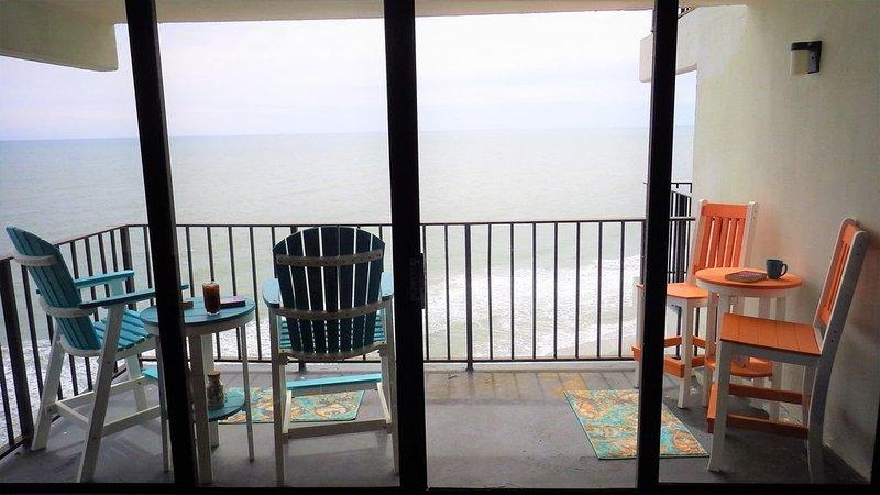 Totally Renovated Ocean Front Resort Condo With Indoor/Outdoor Pools, aluguéis de temporada em Garden City Beach