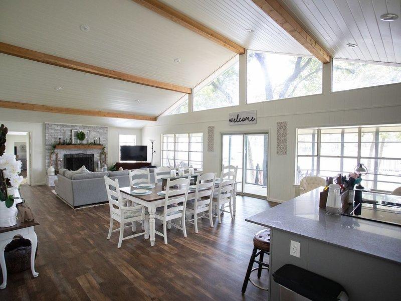Gorgeous newly renovated '5 Star' Harbor Lakehouse on Cedar Creek Lake, casa vacanza a Malakoff