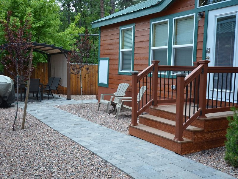 Cabin #6 is a 2 bedroom, 1 & 1/2 bath, 2-flat screen tv's.  Overlooks the creek., holiday rental in Forest Lakes