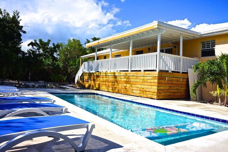 Private Pool,  Short Walk To Grace Bay Beach!  5BR, 5 bath, sleeps 14 in Beds, alquiler de vacaciones en Leeward