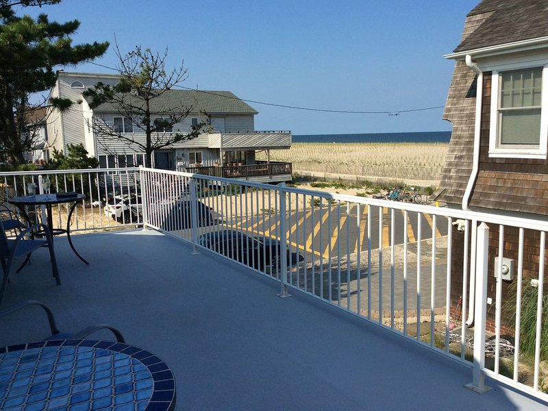 Lavallette Beach home with ocean view steps from the beach, holiday rental in Lavallette