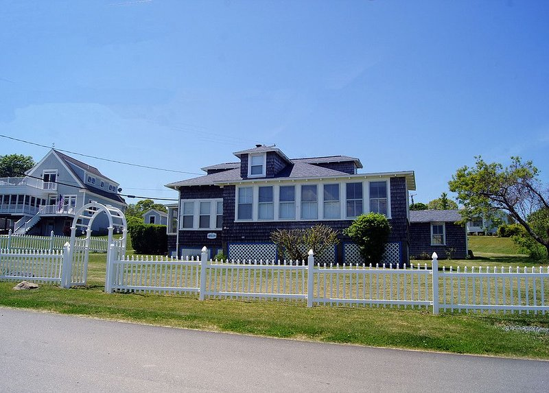 Wonderful Prudence Island Cottage with 180 Degree View of Narragansett Bay, location de vacances à East Greenwich