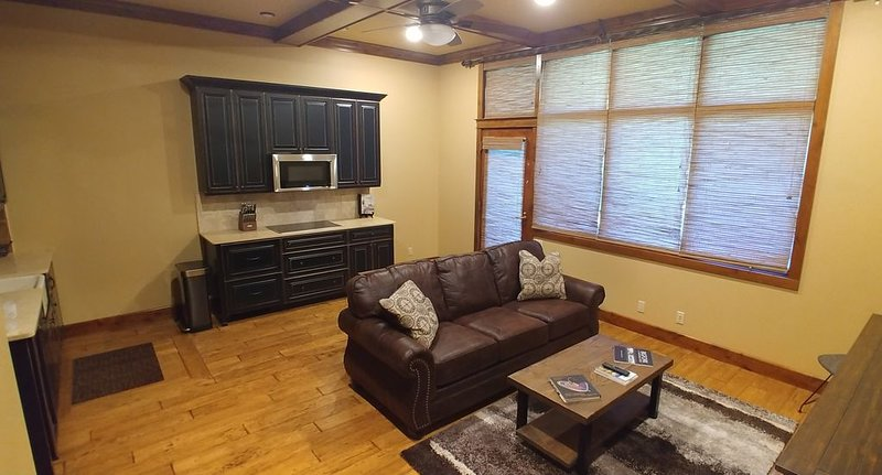 Luxury Riverfront Condo - 2 Bed / 2 Bath Downtown Bigfork, holiday rental in Woods Bay