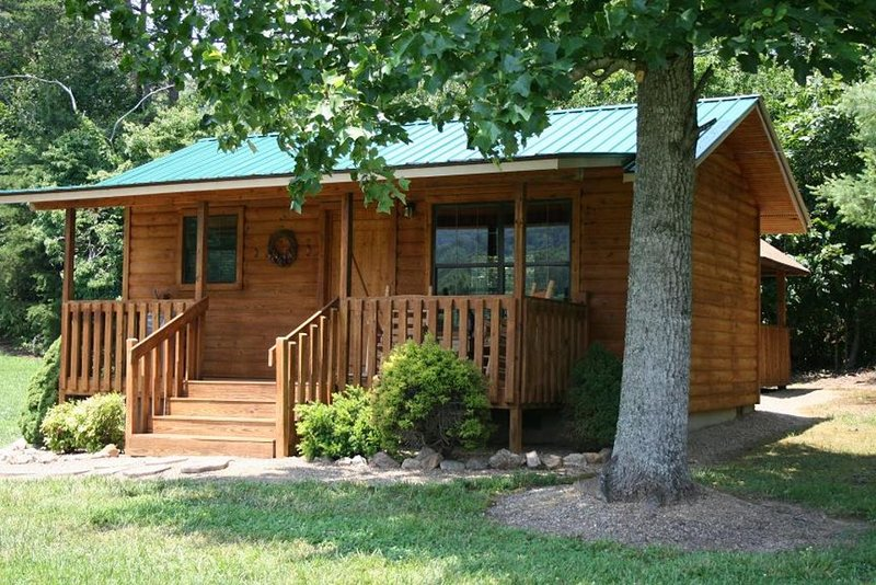 Beautiful, Affordable, Cabin Near Pigeon Forge For Couples!, alquiler de vacaciones en Sevierville