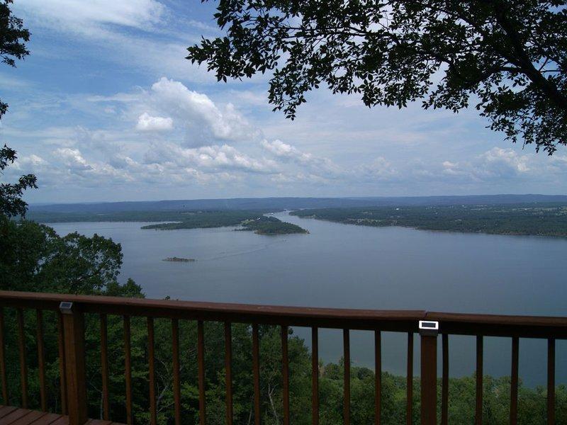 Overlooks Greer's Ferry Lake, 40,500 acres of clean, river-fed, deep water., alquiler de vacaciones en Greers Ferry