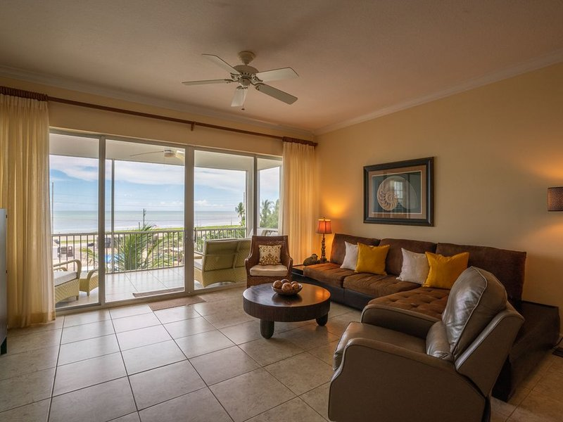 2 BDR Penthouse w/ Breathtaking Views ~ Designer Furnished ~, location de vacances à Long Key