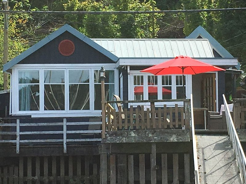 Charming Waterfront Cottage with ocean views over Cowichan Bay, location de vacances à Cowichan Valley Regional District