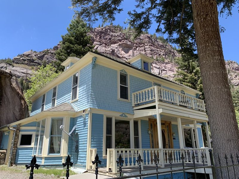 Stunning Victorian with Mountain and Waterfall Views Sleeps 8 Adults in Ouray CO, location de vacances à Ouray