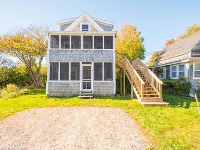 Multi-family beach cottage #1. Just STEPS to Long Sands beach!, location de vacances à York Harbor