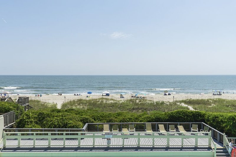 A Bit Closer To Heaven: 2 Bed/2 Bath Oceanfront Condo with Community Pool, location de vacances à Caswell Beach