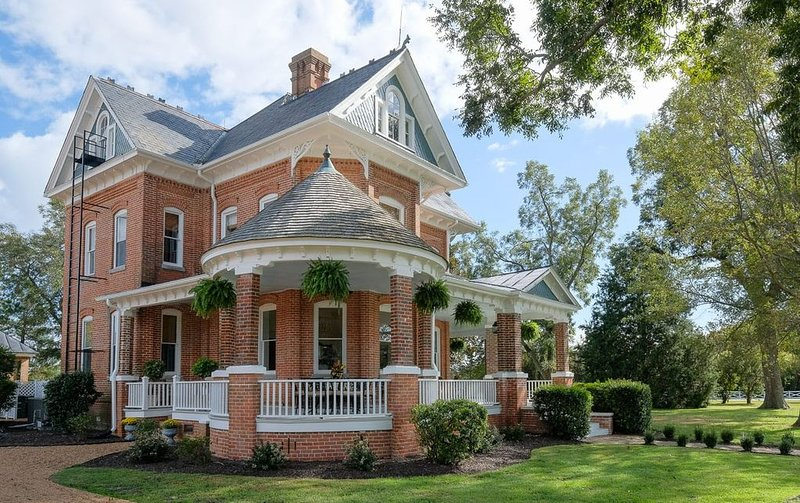 Rent an entire recently renovated historic Boutique Bed and Breakfast!, vacation rental in Edenton