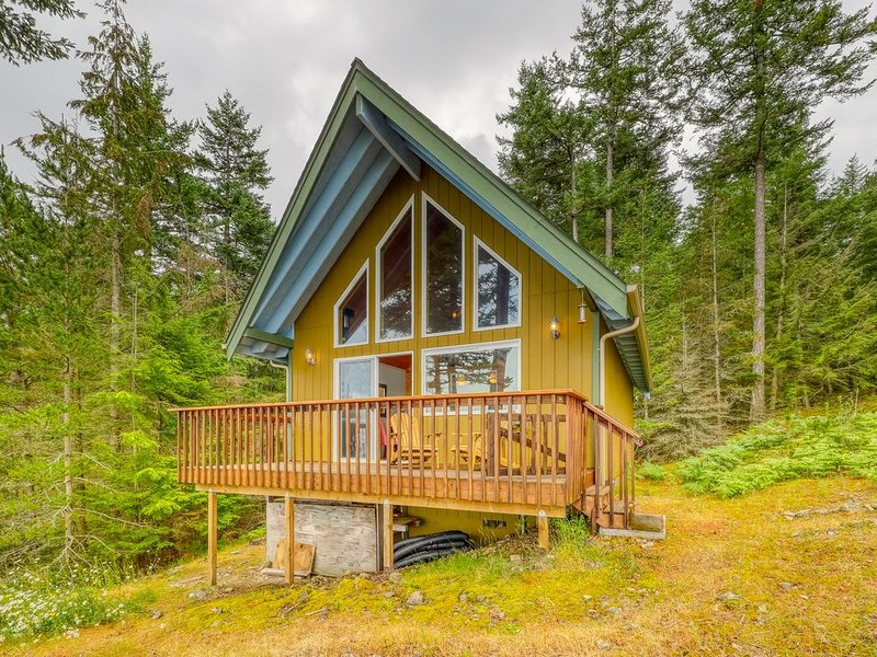 Waterfront, dog-friendly cabin w/ a full kitchen & views, vacation rental in Eastsound