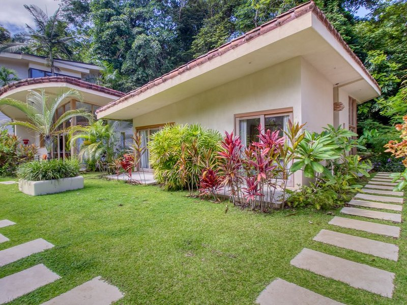 Unique, secluded villa surrounded by jungle w/ a shared pool in Manuel Antonio!, Ferienwohnung in Quepos