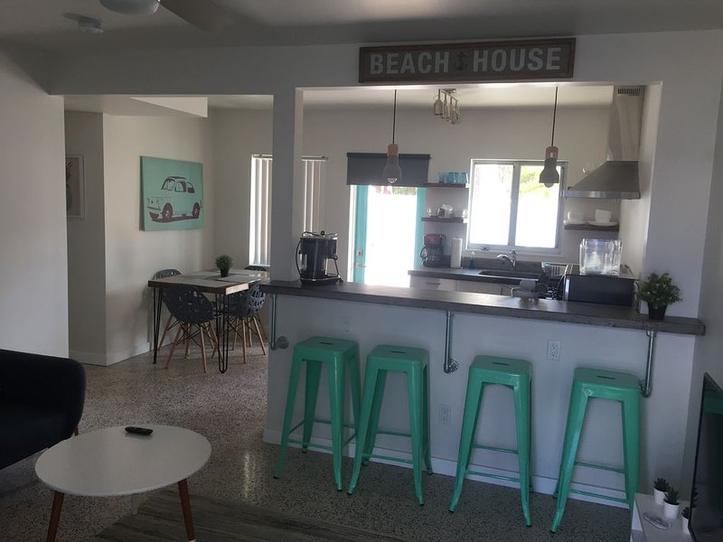 Fully renovated one bedroom apartment a minute away from Lido Beach., holiday rental in Lido Key