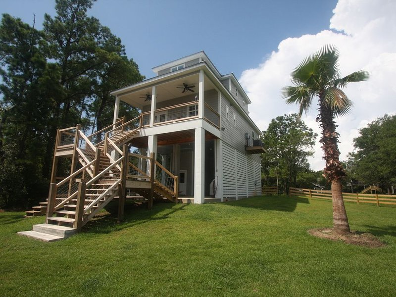 Pass Christian Waterfront with dock and fish cleaning station., holiday rental in Pass Christian