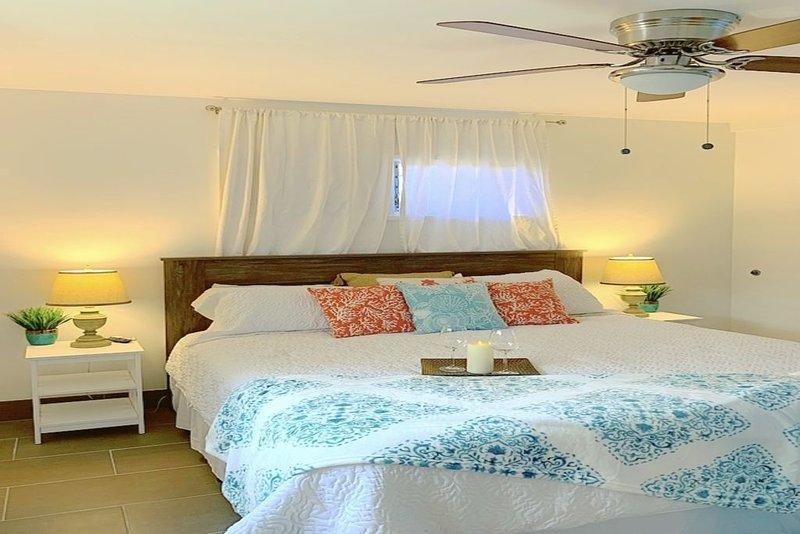 Chambre des maîtres avec nouveau lit king et nouveau ventilateur de plafond (climatisation non illustrée)