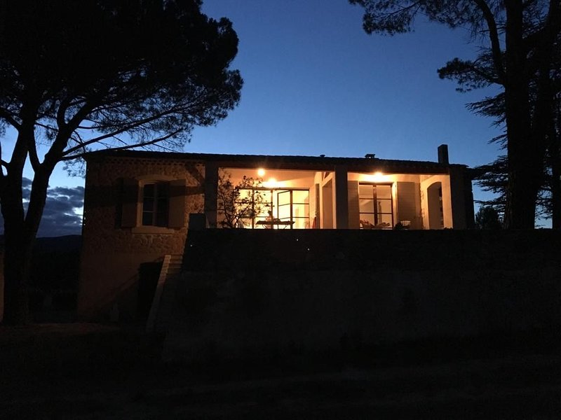 Architect-owned home with pool within walking distance of the village, holiday rental in Lourmarin