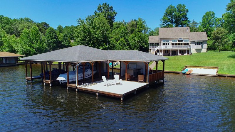 Luxury LAKEFRONT home- covered dock/outdoor living in quiet cove. Fun 4 all ages, holiday rental in Bumpass