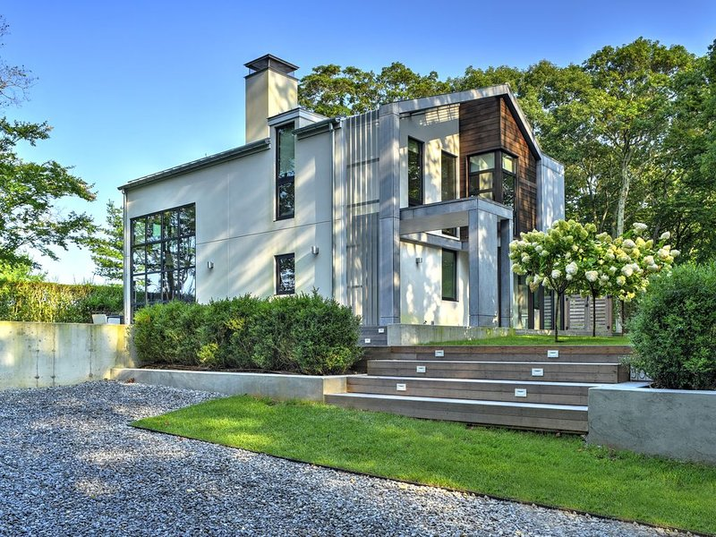 Enjoy a Stylish Modern Luxury retreat in horse country with great sunsets, vacation rental in Water Mill