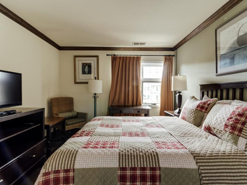 ★'Pine Cone'★Mtn Creek Ski Resort Condo★Deck★Hot Tub★Lake★4-22P, vacation rental in Vernon