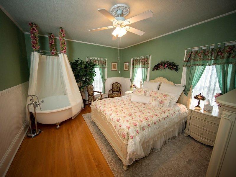 Ti Voglio Bene Bed & Breakfast - Simonton Suite, holiday rental in New Richmond