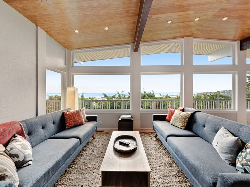 New listing! Modern home w/ ocean views, deck & gourmet kitchen - dogs OK!, aluguéis de temporada em Gold Beach