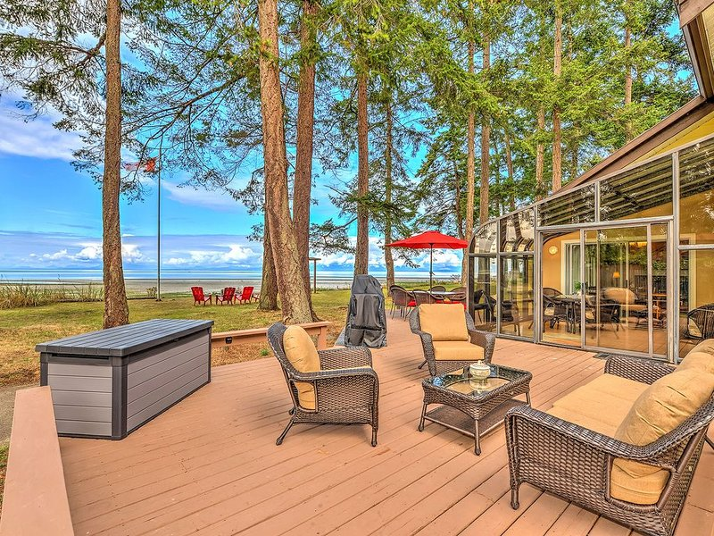 Spectacular 4 Bedroom Beach Front Walk Out Vacation Home, vacation rental in Vananda