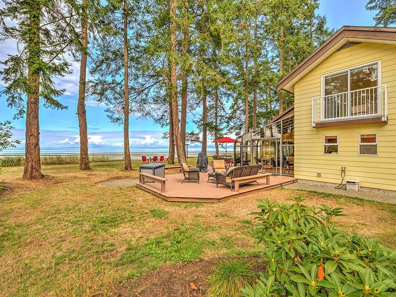 Oceanfront 3 Bedroom Walk Out Beach Access, location de vacances à Comox Valley