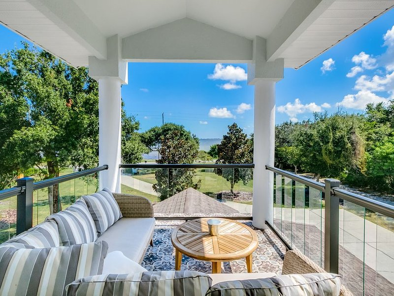 Luxurious social distancing at our beautifully remodeled riverfront pool home, holiday rental in Palm Shores