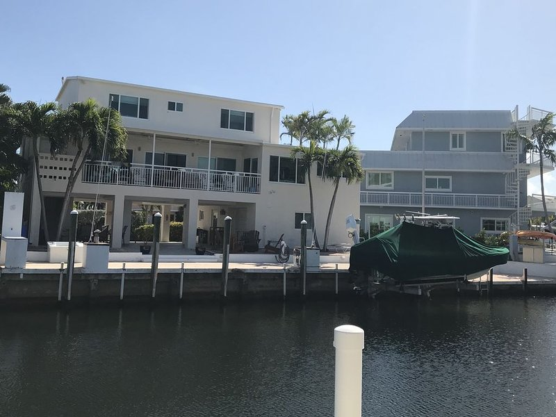 Breezy Beach Waterfront Home in Port Antigua, holiday rental in Layton