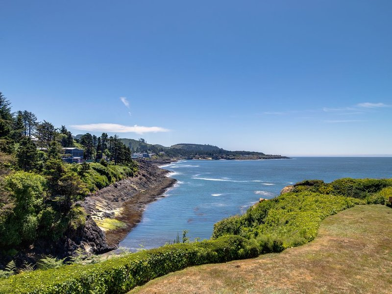 New listing! Comfortable oceanview condo with easy access to downtown!, alquiler vacacional en Depoe Bay
