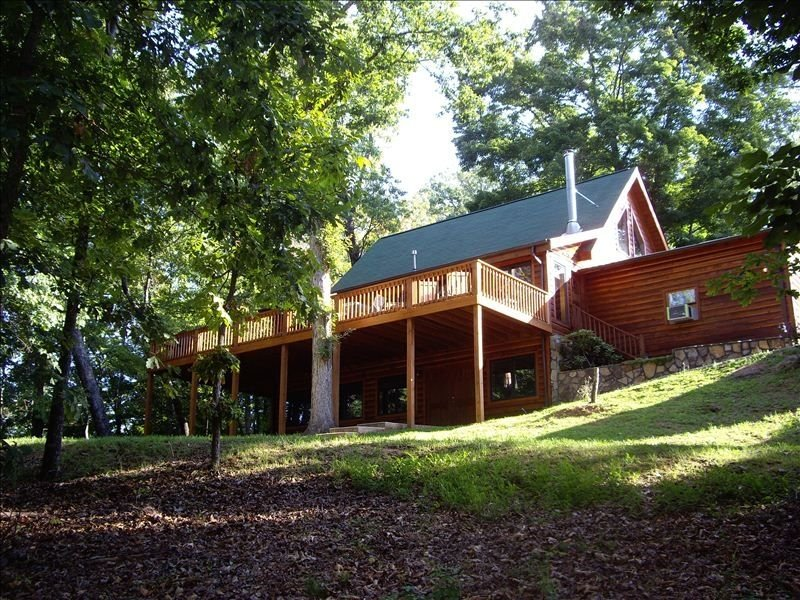 Beautiful Hillside Lodge, vacation rental in Young Harris