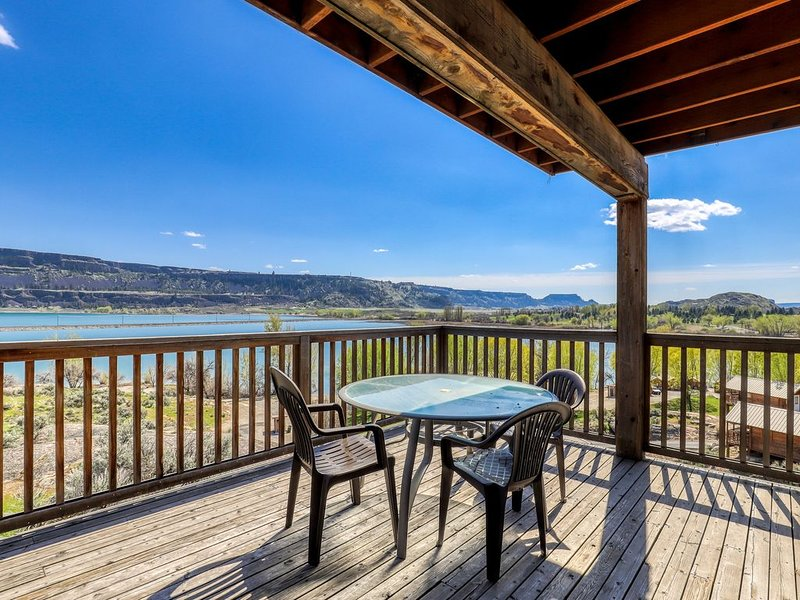Spacious villa next to Banks Lake w/private deck and BBQ - close to Coulee Dam!, location de vacances à Electric City