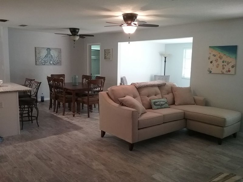 Beautifully updated and spacious 2 bed/2 bath minutes from the beach! – semesterbostad i Largo