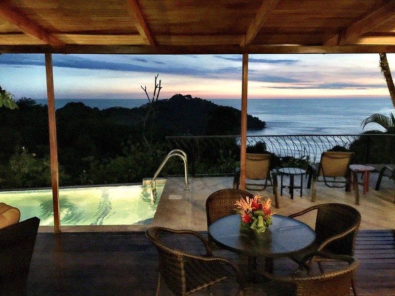 Natural Social distancing on 4 acre estate, ocean/sunset view, infinity pool, alquiler de vacaciones en Parque Nacional Manuel Antonio