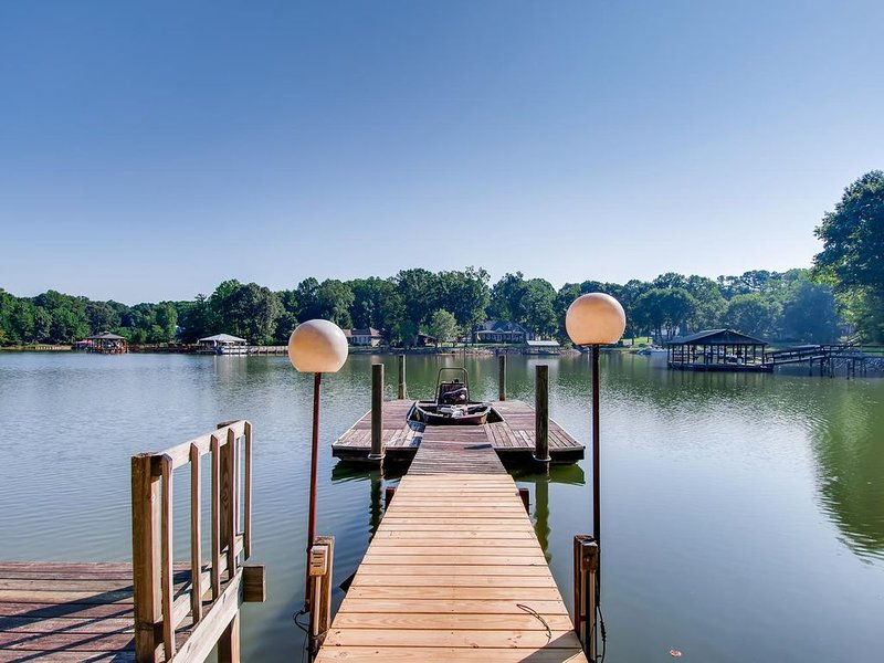 Turtle Cove - Lake Front Vacation home with Private boat ramp, alquiler de vacaciones en Mooresville
