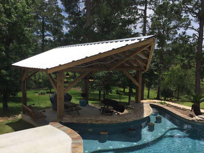 Lake front home with swimming pool!, casa vacanza a Bronson