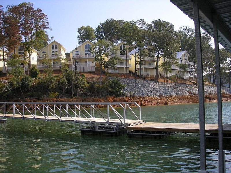 Norris Lake Lakefront villa, 5 bedrooms 4 baths, community pool, and golf course, holiday rental in Duff