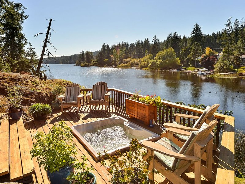 3 Bedroom Lakefront Country Cottage in a Park Like Setting, holiday rental in Central Saanich