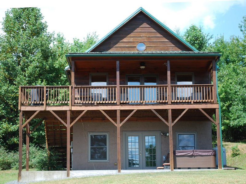 Misty Mountain Retreat - Hot Tub / Pet Friendly / Wifi / Scenic Mountain Views, holiday rental in Hays